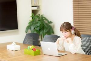 清潔感のあるコワーキングスペースで作業をする若い女性 [モデル:暢子]
