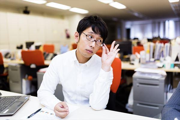 部下のミスをねちねちと指摘する姑のような上司 [モデル:大川竜弥]_R