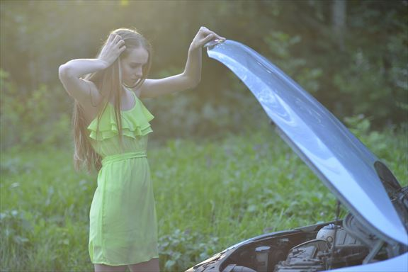 故障した車と女性19_R