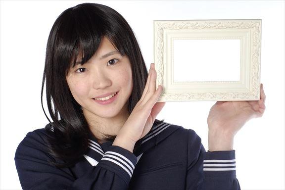 フォトフレームを持つ女子高生2_R