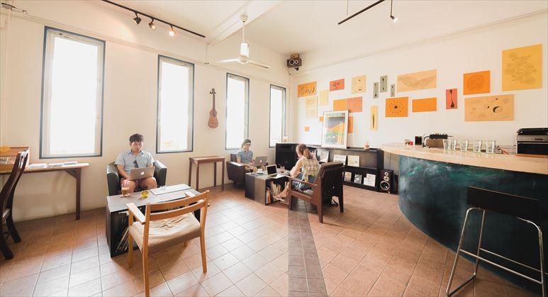 心と時間に余裕を持ち、コワーキングカフェで開発合宿を行うノマドワーカーたち [モデル:大川竜弥]_R