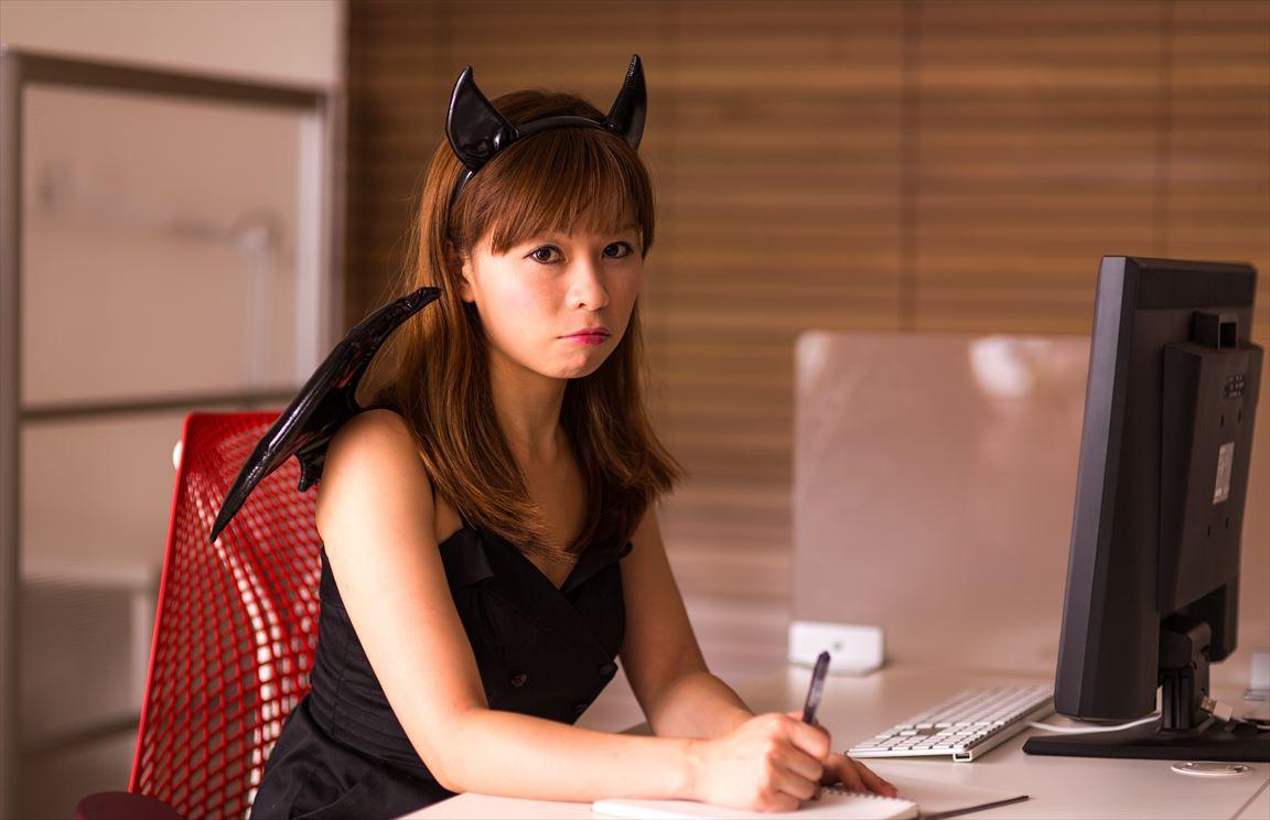ハロウィンのコスプレするも残業で帰れない女性会社員 [モデル:暢子]_R