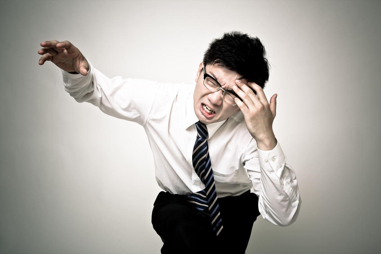 頭痛が痛い会社員 [モデル:OZPA]_R