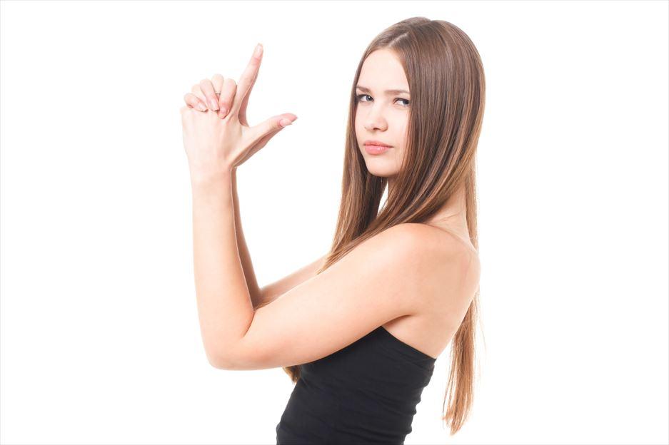 指で拳銃を撃つ仕草をするロシア人美女 [モデル:ディアナ]_R