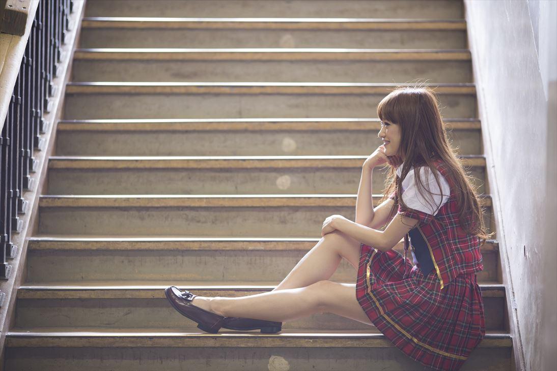 階段に座る女性3_R