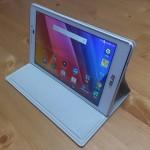 机の上のASUS製AndroidタブレットZenPad 7.0