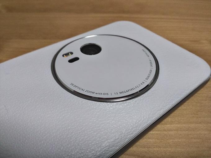 カメラの円周部が反射して光るASUS ZenFone Zoom