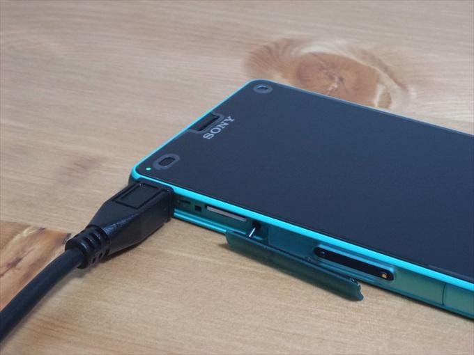 MHL変換ケーブルを接続して充電されているXperia Z3 Compact SO-02G
