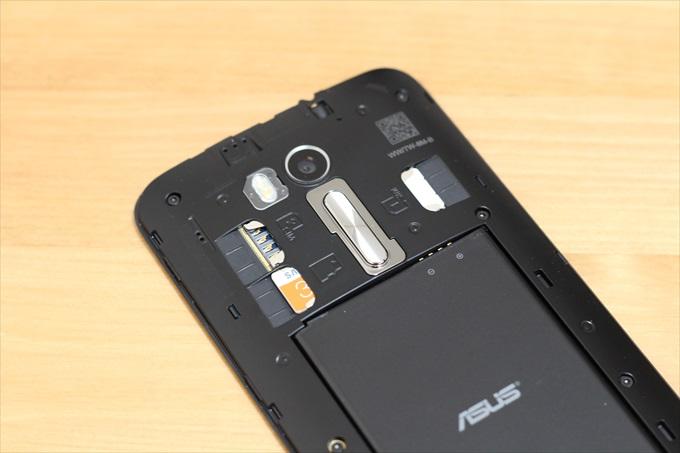 電池パックとSIMカード、SDカードをセットしたASUS ZenFone Go