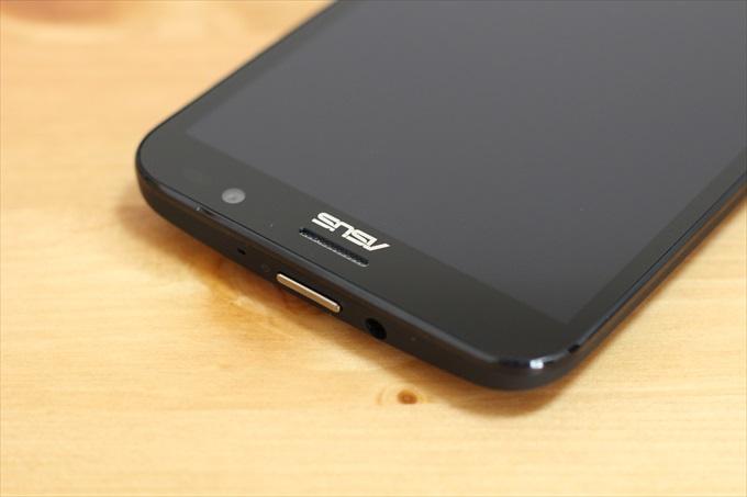 ASUS ZenFone Goの本体上部、電源ボタンとイヤホンジャック