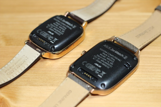 ASUS ZenWatch2 WI501QとWI502Qを裏返して並べた