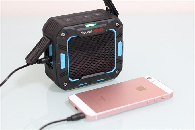 iPhone SEを音楽を再生しているSoundPEATS P2