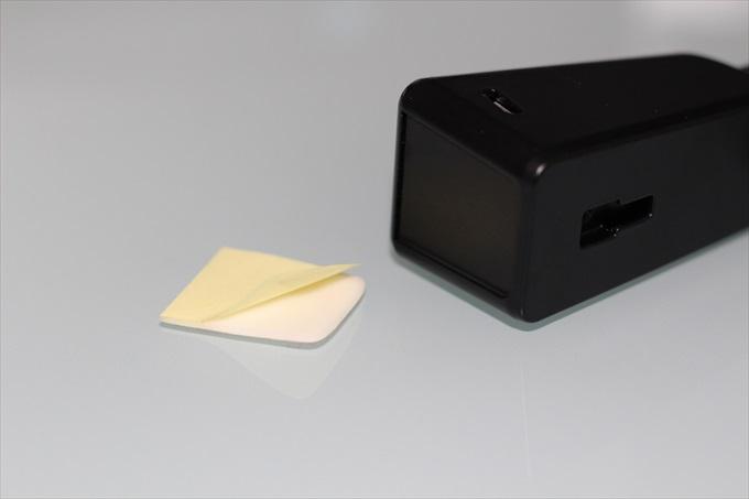 SoundPEATS C1の専用スタンドを両面テープで固定する