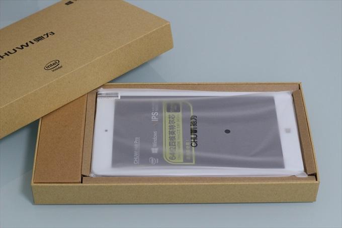 Chuwi Hi8 Proのパッケージを開封している様子