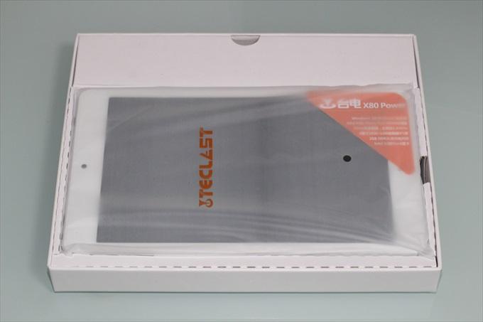 Teclast X80 Powerのパッケージを開封した様子