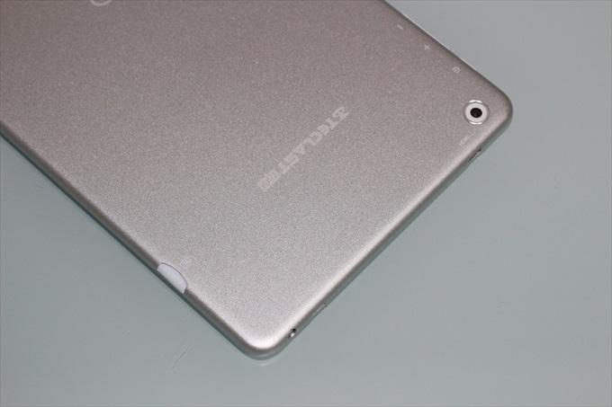 Teclast X80 Powerの背面、microSDカードスロット