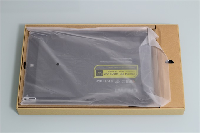 Chuwi Vi10 Plusのパッケージを開封した様子