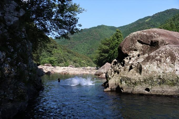 くじら岩から川に飛び込んでいる様子