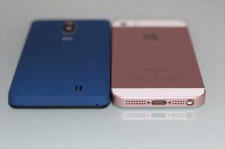 gooのスマホ g06とiPhone SEを並べて厚みを比較