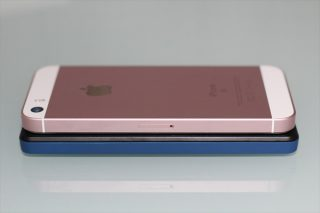 gooのスマホ g06とiPhone SEを並べて縦の長さを比較