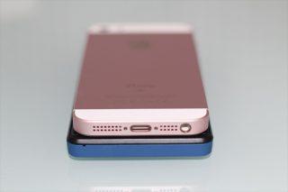 gooのスマホ g06とiPhone SEを重ねて横幅を比較