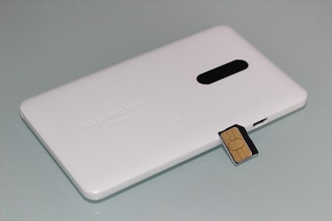 WiMAX 2+のモバイルWi-FiルーターNAD11とmicroSIMカード