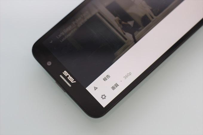 YouTubeの動画を再生中のZenFone Go