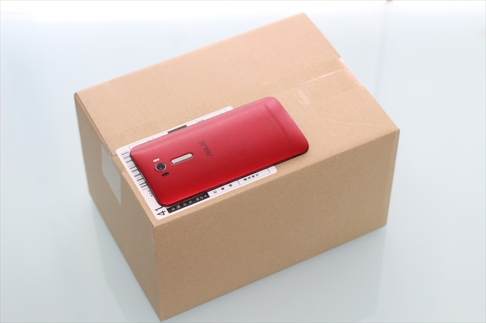 到着したZenFone 3 Deluxe ZS570KLの段ボール箱