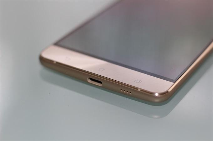 ZenFone 3 Deluxe ZS570KL ゴールドの表面下部