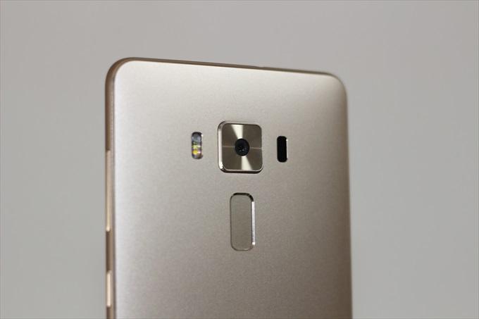 ZenFone 3 Deluxe ZS570KL ゴールドの背面上部