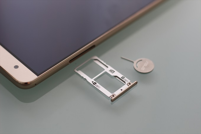 ZenFone 3 Deluxe ZS570KL のSIMスロット&microSDカードスロット