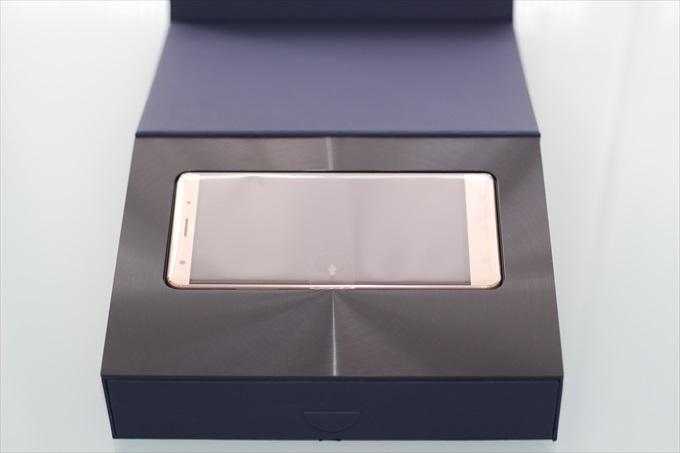 破門状に光るZenFone 3 Deluxe ZS570KLの化粧箱