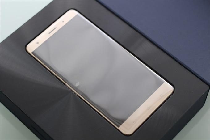 波紋状に光るZenFone 3 Deluxe ZS570KLの化粧箱