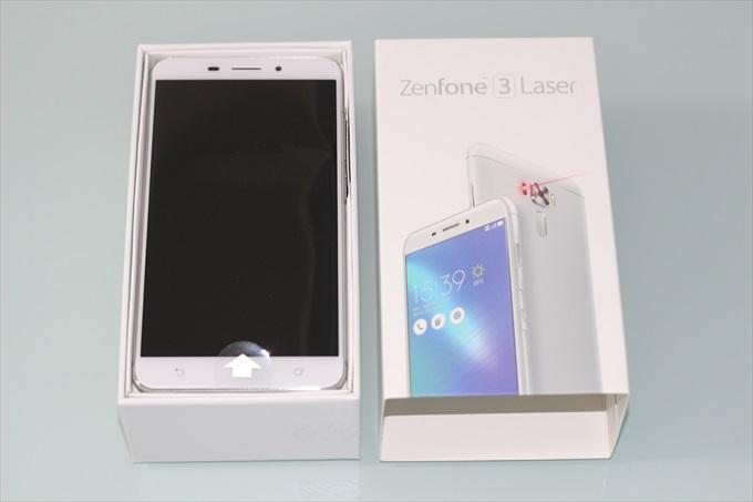ZenFone 3 Laser ZC551KLのパッケージを開封した様子