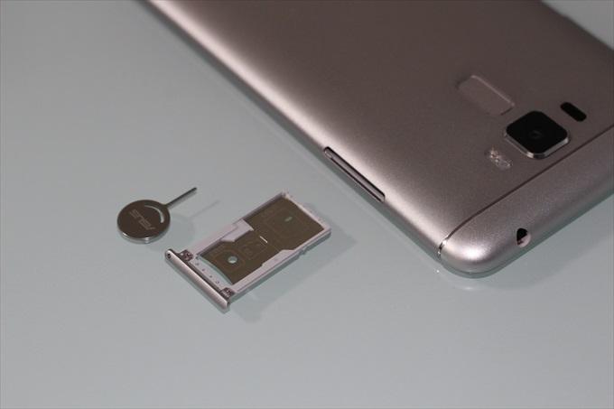 ZenFone 3 Laser ZC551KLのSIMスロットとSDスロット