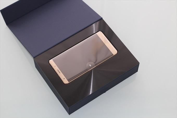 化粧箱のスピン加工が光輝くZenFone 3 Deluxe ZS570KL