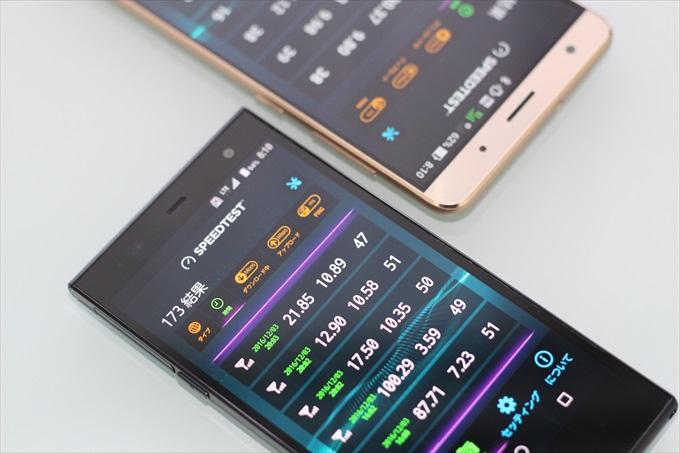 スピードテスト中の2台のSIMフリースマートフォン