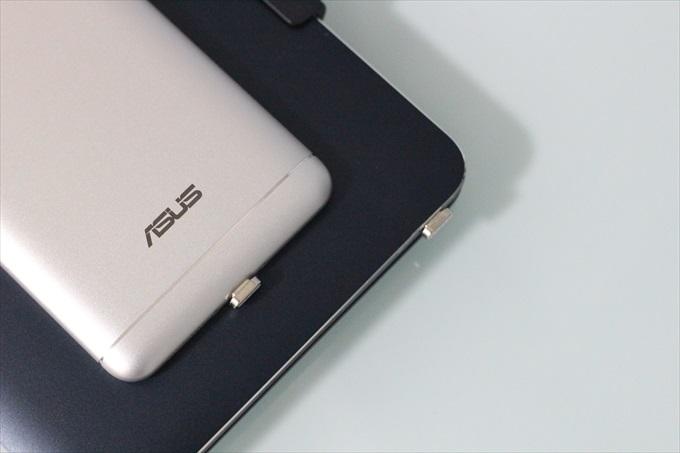 マグネット端子を装着したZenFone 3 LaserとTransBook Chi