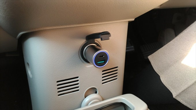 車のシガーソケットに挿したdodocoolの車載充電器