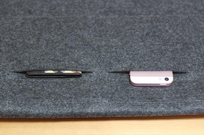 ケースのポケットに入っているパスケースとiPhone SE