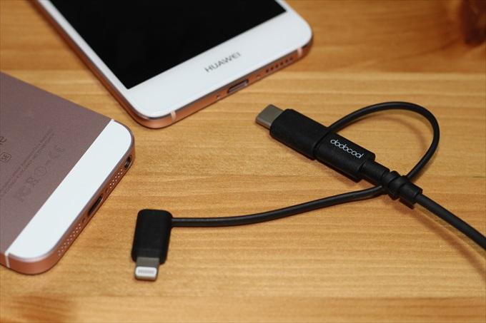 dodocoolの3in1 変換ケーブルと2台のスマートフォン