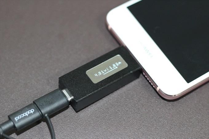 USB Type-C用の電圧・電流チェッカーで計測している様子