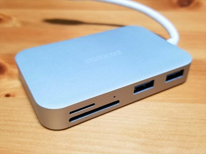 USB-AポートとSDカードリーダー部分