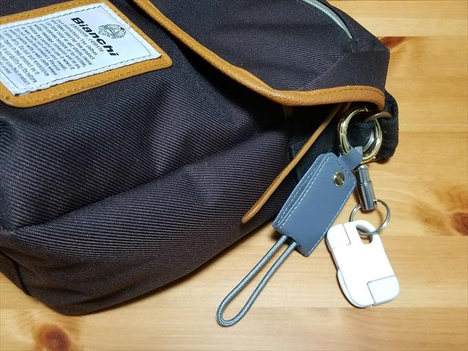 キーホルダーを取り付けたメッセンジャーバッグ