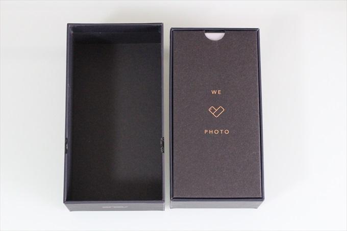 ZenFone 4のパッケージを開封した様子