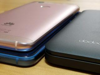重ねたスマートフォンとモバイルバッテリー