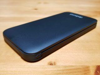 モバイルバッテリーの側面